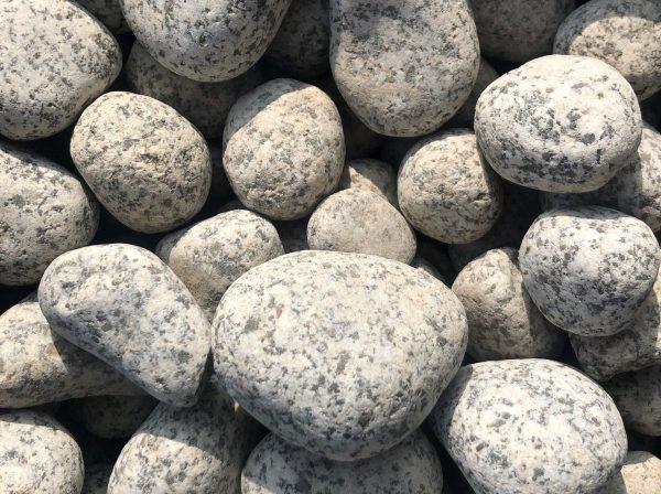 Nahaufnahme von PANNONIA Granitkiesel 25-40 mm in anthrazit-weiß