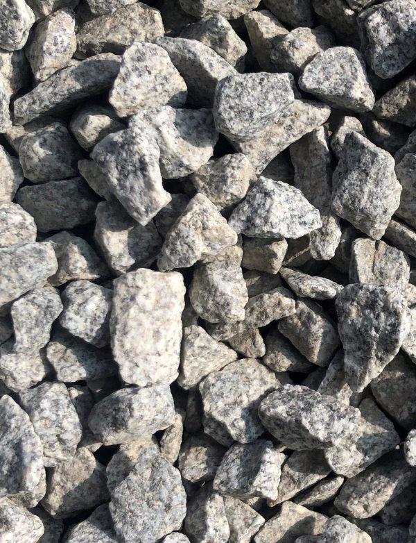 Nahaufnahme von PANNONIA Granitsplitt 12-16 mm in anthrazit-grau