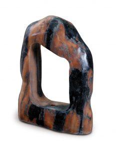 Steinskulptur, rot-schwarz