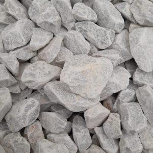 Nahaufnahme von PANNONIA Ziersteinen für Gabionen in carrara-weiß