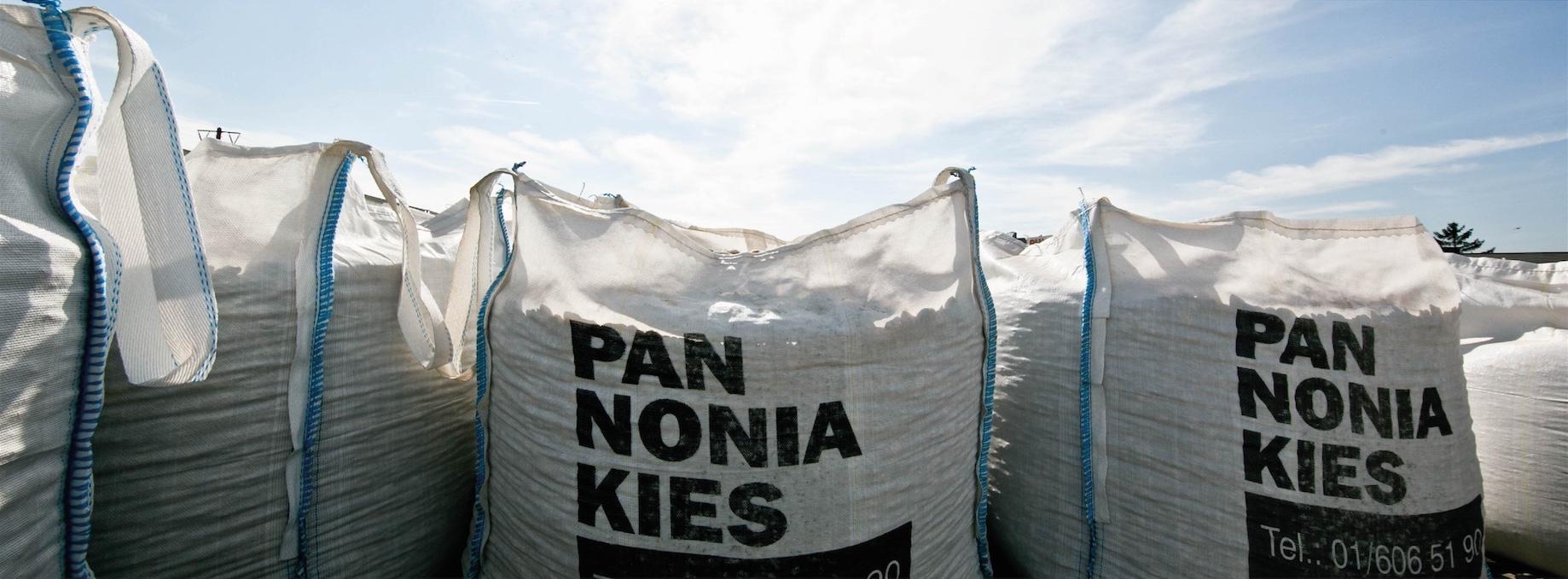 Aufnahme von mehreren PANNONIA Kies Säcken