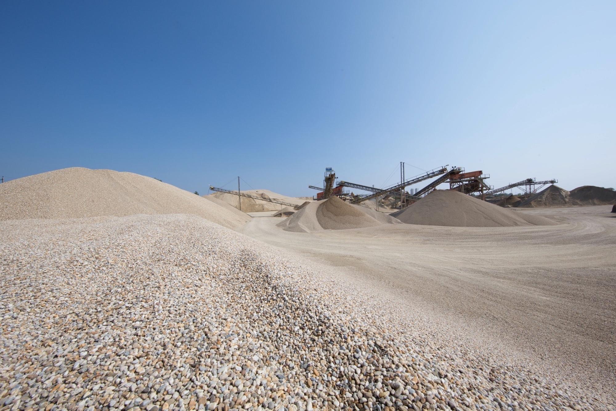 Mehrere Maschinen der PANNONIA GROUP fördern Kies im Tagebau